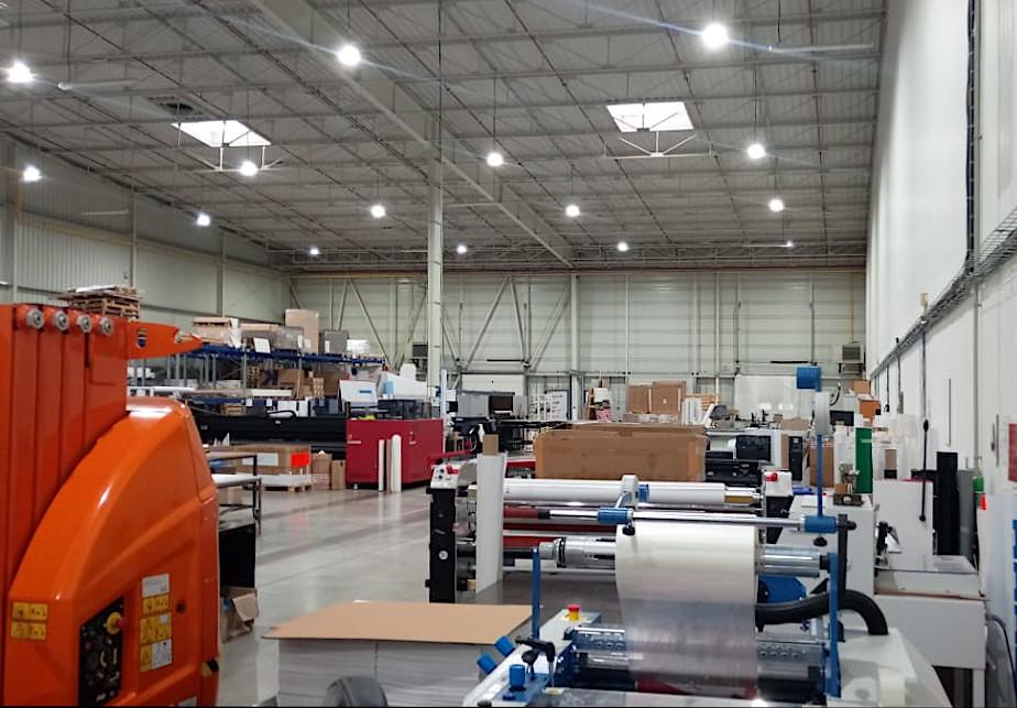Obr. 2. Výrobní hala tiskárny Akcent s osvětlením LED a automatickým řízením jasu